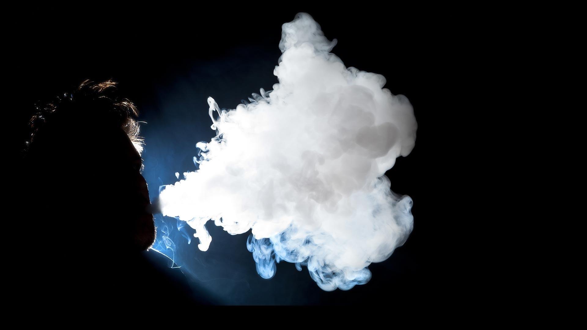 Серега курит кальян дома в Спб
